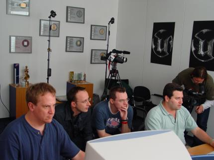 Genau aufgepasst: In trauter Runde bei der Präsentation von Unreal Tournament 2003 (von links nach rechts): Jay Wilbur (Epic), Christian Müller, Georg Valtin, Mark Rein (Epic).