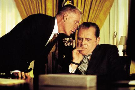 Anthony Hopkins als Präsident Nixon (r., mit James Woods)