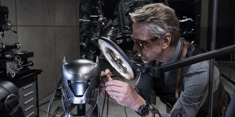 "Jeremy Irons als Alfred in ""Batman v Superman: Dawn of Justice"""