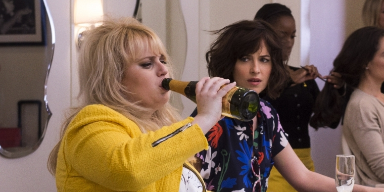 Die wilde Robin (Rebel Wilson, li.) zeigt Neu-Single Alice (Dakota Johnson, re.), wie man ordentlich Party macht!